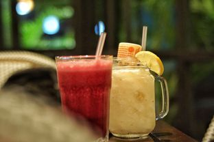 Foto 6 - Makanan(Strawberry Juice and Lychee Yakult) di Beehive oleh Fadhlur Rohman