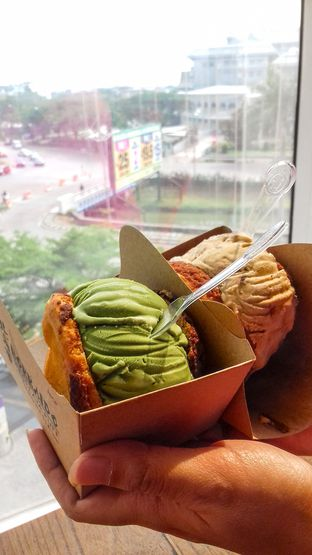 Foto - Makanan(Matcha (left) and Rum & Raisins (right)) di Hokkaido Icecream Puff oleh thefoodsthetic