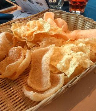 Foto 9 - Makanan(Kerupuk Platter) di Eastern Opulence oleh Renodaneswara @caesarinodswr