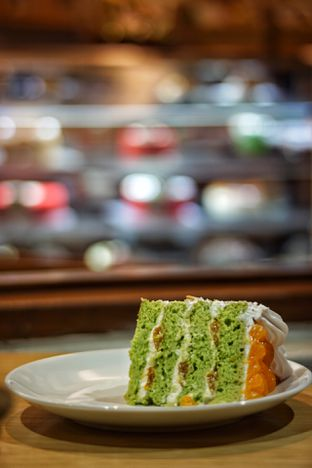 Foto 3 - Makanan(Mandarin Almond Pandan Cake) di Mom's Artisan Bakery oleh Fadhlur Rohman