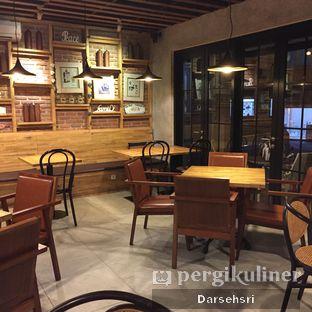 Foto 11 - Interior(Lantai Dua) di Raffel's oleh Darsehsri Handayani