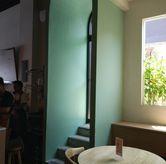 Foto Lucu ya interior nya di Honey Beans Coffee & Roastery