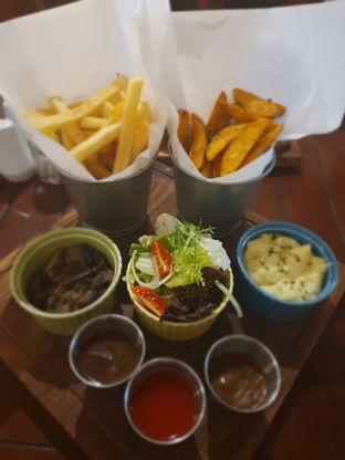 Foto 4 - Makanan(French fries, potato wedges, mashed potato, salad, sautee mushroom) di Dandy's Steak and Coffee House oleh Fika Sutanto
