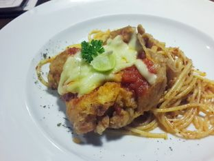 Foto 1 - Makanan(Chicken Parmigiana Pasta) di Tier Siera Resto & Lounge oleh @stelmaris