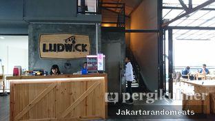 Foto 8 - Interior di Ludwick Cafe oleh Jakartarandomeats