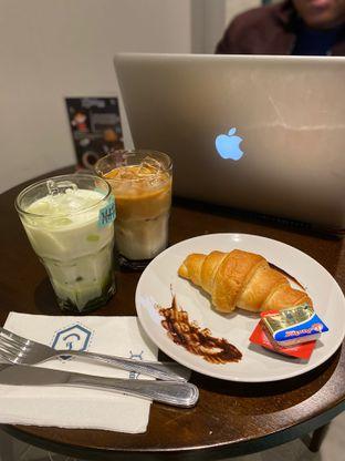 Foto - Makanan(Ice Matcha Latte, Ice Chocolate Cookies Caffe Late, Buter Croissant) di Dopamine Coffee & Tea oleh Femmy Monica Haryanto