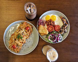 Foto 1 - Makanan(Fettucine ala valentini (kiri) Big breakfast (kanan)) di Canabeans oleh TheGendats