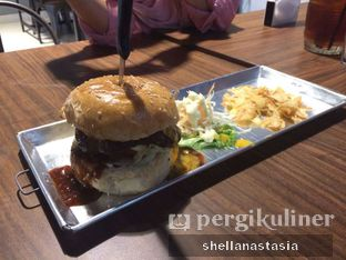 Foto 4 - Makanan(Ordinary Burger) di Eat Boss oleh Shella Anastasia