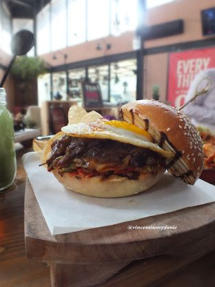 Foto 8 - Makanan(Kimchi Kalbi Burger) di Open Door oleh Vincentia Stepfanie