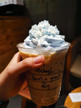 Foto - Makanan(Holiday French Vanilla Latte ) di Starbucks Coffee oleh Angela Debrina