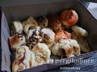 Foto review Roti Unyil Venus oleh EATIMOLOGY Rafika & Alfin 1