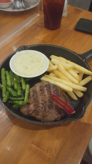 Foto 4 - Makanan(Holycow Tenderloin Steak (IDR 105k) ) di Steak Hotel by Holycow! oleh Renodaneswara @caesarinodswr
