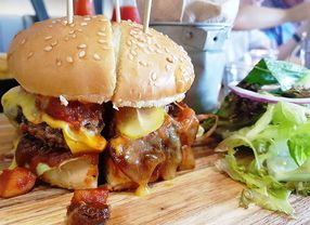 6 Cafe di PIK Ini Punya Burger yang Pecah Banget di Mulut!