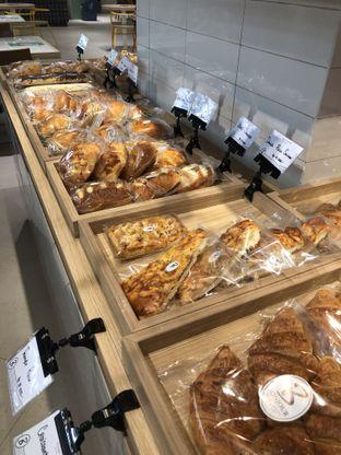 Foto 2 - Interior di Bonjour Bakery oleh Nanakoot