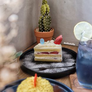 Foto 3 - Makanan(Strawberry shortcake) di Vallee Neuf Patisserie oleh Stellachubby