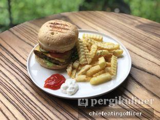 Foto 1 - Makanan(Burger with fries) di Semusim Coffee Garden oleh Cubi