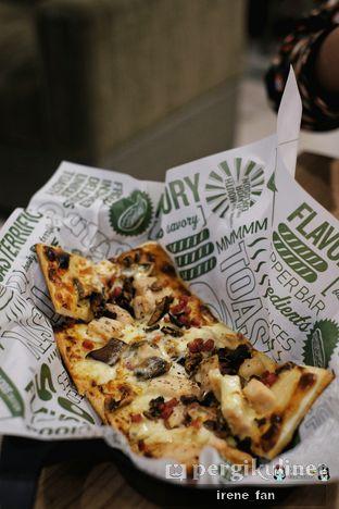 Foto 9 - Makanan(Chicken Carbonara Pizza) di Quiznos oleh Irene Stefannie @_irenefanderland
