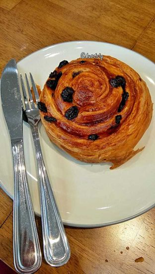 Foto 16 - Makanan(Pain au raisin) di Platon Coffee oleh duocicip