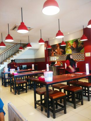 Foto 2 - Interior(tempat yang mewah namun lumayan sepi padahal jam makan siang) di Sambal Khas Karmila oleh Threesiana Dheriyani
