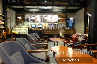 Foto 3 - Interior di Angel In Us Coffee oleh Darsehsri Handayani