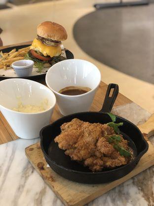 Foto 3 - Makanan(Phil's Fried Chicken) di Common Grounds oleh YSfoodspottings
