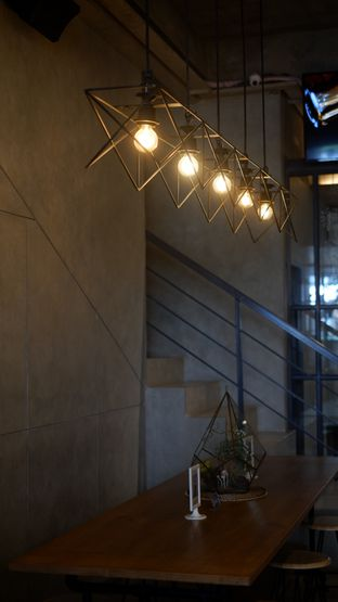 Foto 11 - Interior di Phos Coffee oleh Deasy Lim
