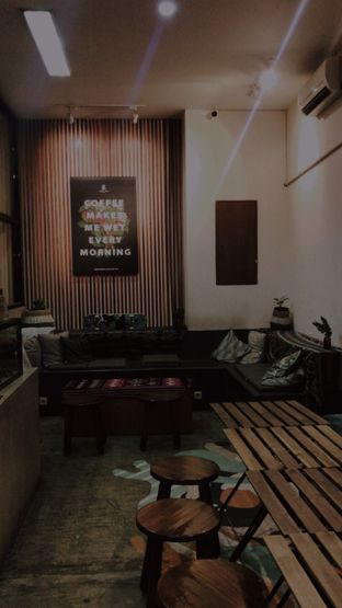 Foto 2 - Interior di Makmur Jaya Coffee Roaster oleh @qluvfood
