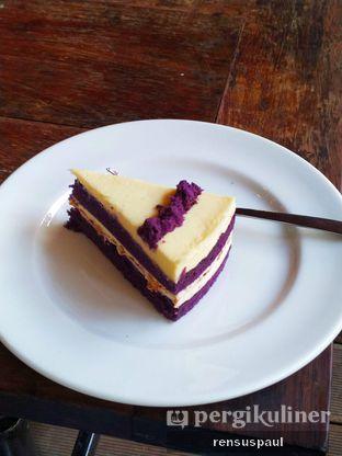 Foto 2 - Makanan(Taro Velvet Cake) di Djournal Coffee oleh Rensus Sitorus
