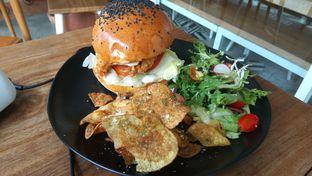 Foto 3 - Makanan(Chicken Burger (IDR 57k)) di Sama Dengan oleh Renodaneswara @caesarinodswr