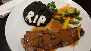 Foto 1 - Makanan(Sirloin Steak with Mashed Potato) di The Grounds oleh Cooventia Family