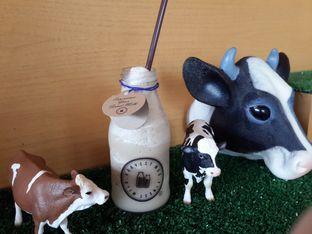 Foto 3 - Makanan(Iced Coffee Latte - bottle size & pajangan sapi di rerumputan ) di Harvest Moo oleh @stelmaris