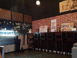 Foto 2 - Interior di Meet Me Cafe oleh @stelmaris