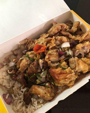 Foto 1 - Makanan(Nasi uduk-ayam mix-sambal matah, ekstra ½ ayam, kulit ayam) di Na-Yam oleh Claudia @grownnotborn.id
