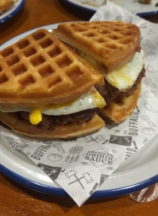 Foto 1 - Makanan(Waffle Chicken Sandwich ) di The Buffalo oleh Renodaneswara @caesarinodswr