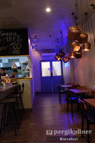 Foto 7 - Interior di Burns Cafe oleh Darsehsri Handayani