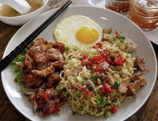 Foto 1 - Makanan(Mie Samcan Sambal Matah) di Mie Ayong Siantar oleh ms_bonnie