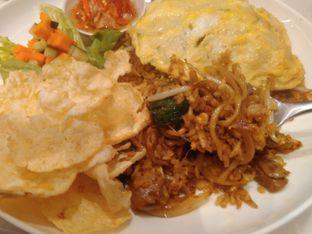 Foto 9 - Makanan(Nasi Goreng Gila (IDR 85k) ) di Lewis & Carroll Tea oleh Renodaneswara @caesarinodswr