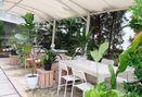 Foto Eksterior di Living with LOF Plants & Kitchen