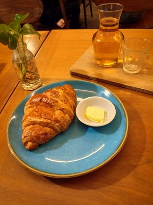 Foto 1 - Makanan(Butter Croissant) di Monopole Coffee Lab oleh Florentine Lin