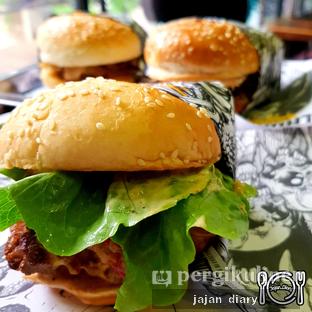 Foto 1 - Makanan(Motley burg) di Lawless Burgerbar oleh Jajan Diary