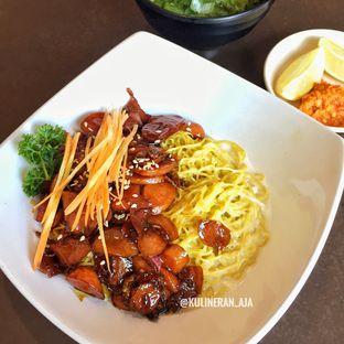 Foto 2 - Makanan(Mie Hongkong dengan sosis kecap) di Rumah Lezat Simplisio oleh @kulineran_aja