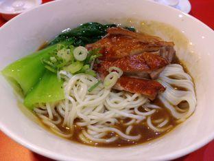Foto 5 - Makanan(Mi bebek panggang) di Din Tai Fung oleh Desi Ari