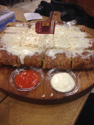 Foto 1 - Makanan(martabak mozarella) di OTW Food Street oleh fithriah diniatur rochmi