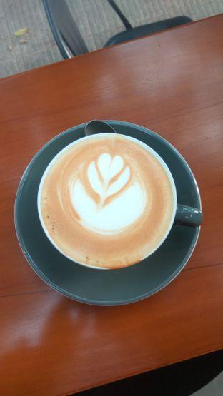 Foto 2 - Makanan(Caramel Latte (IDR 38k) ) di Kapyc Coffee & Roastery oleh Renodaneswara @caesarinodswr