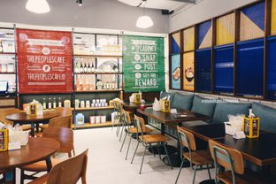 Foto 22 - Interior di The People's Cafe oleh Indra Mulia