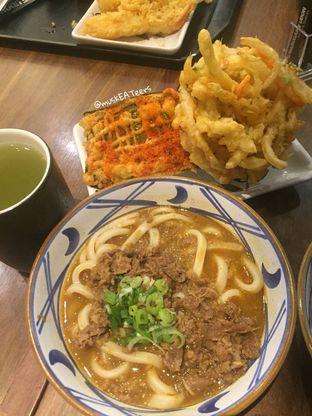 Foto - Makanan(Beef Curry Udon dan Baby Bean Kakiage) di Marugame Udon oleh @muskEATeers