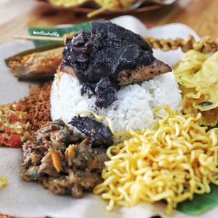 Foto 1 - Makanan(Nasi cumi super komplit) di Nasi Cumi Hitam Madura Pak Kris oleh Stellachubby