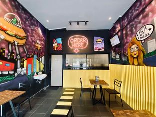 Foto 5 - Interior di FIX Burger oleh feedthecat