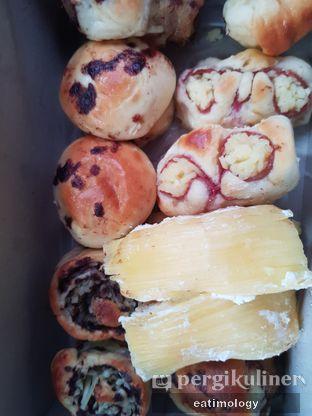 Foto review Roti Unyil Venus oleh EATIMOLOGY Rafika & Alfin 2