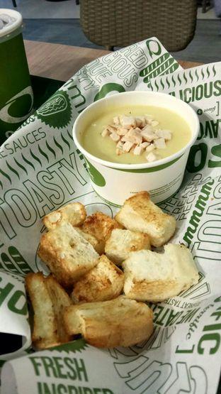 Foto 2 - Makanan(Chicken Cream Soup) di Quiznos oleh YSfoodspottings